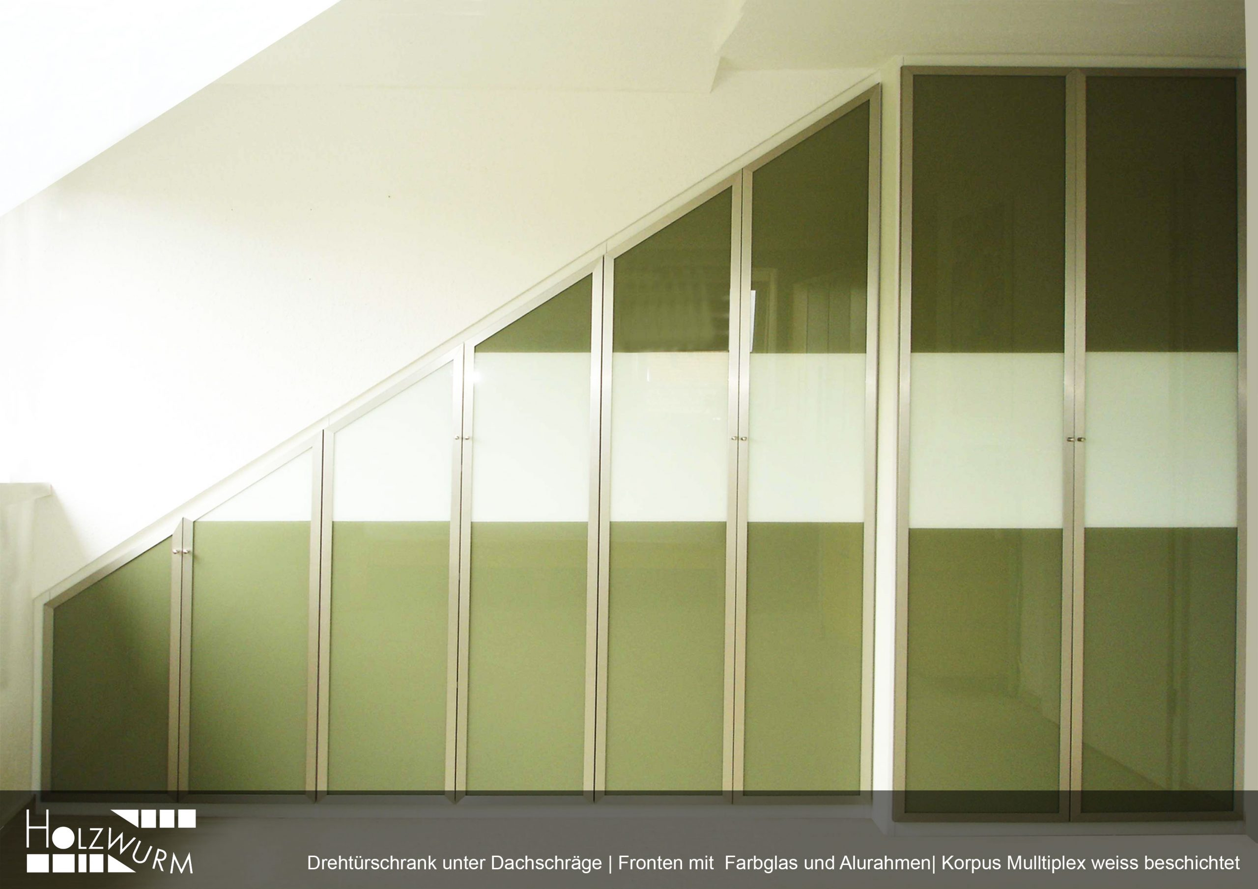 Drehtürschrank Dachschräge Alurahmen Farbglas grün Multiplex weiss beschichtet