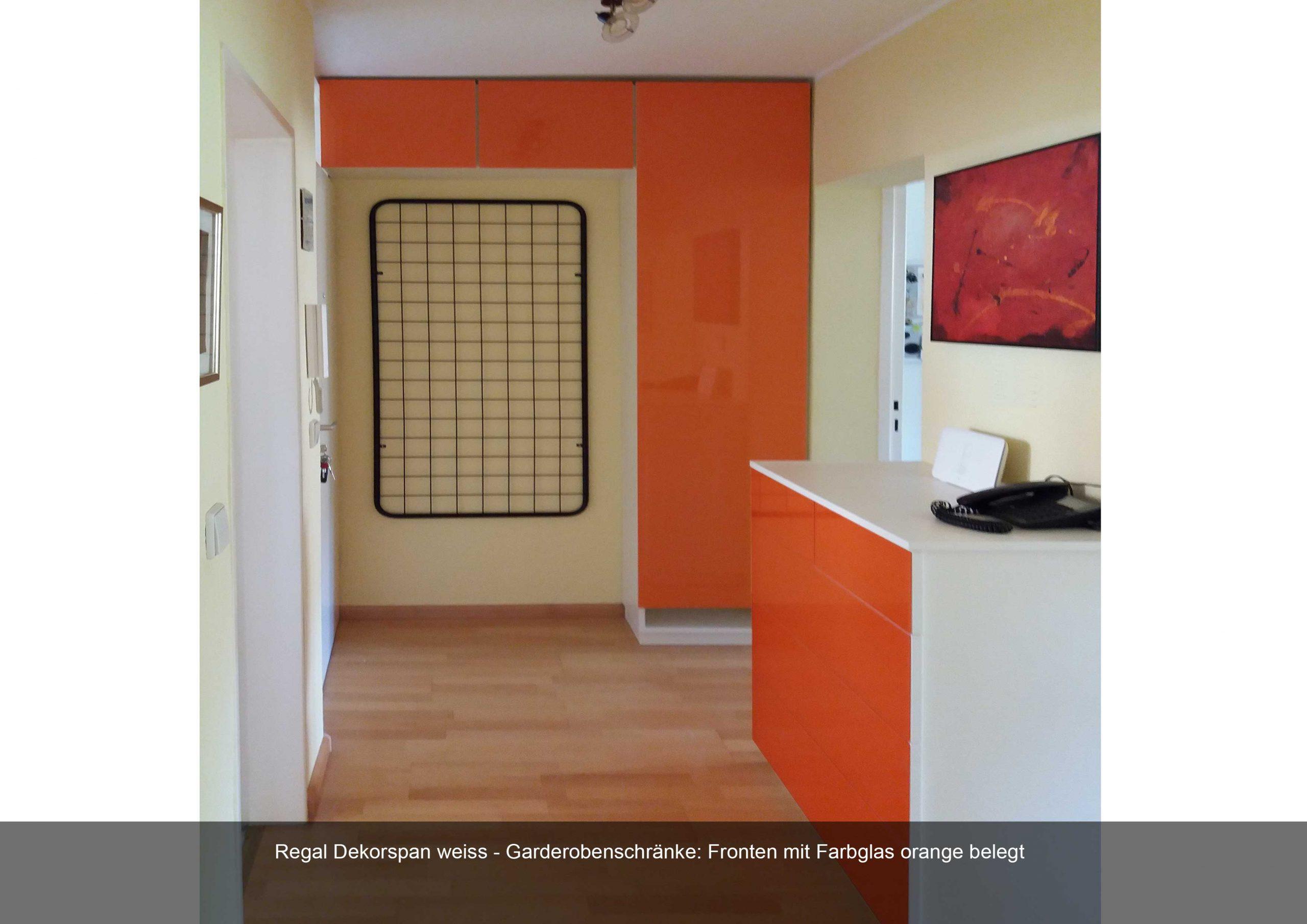Flureinrichtung. Regal in Dekorspan weiss. Fronten in Farbglas orange