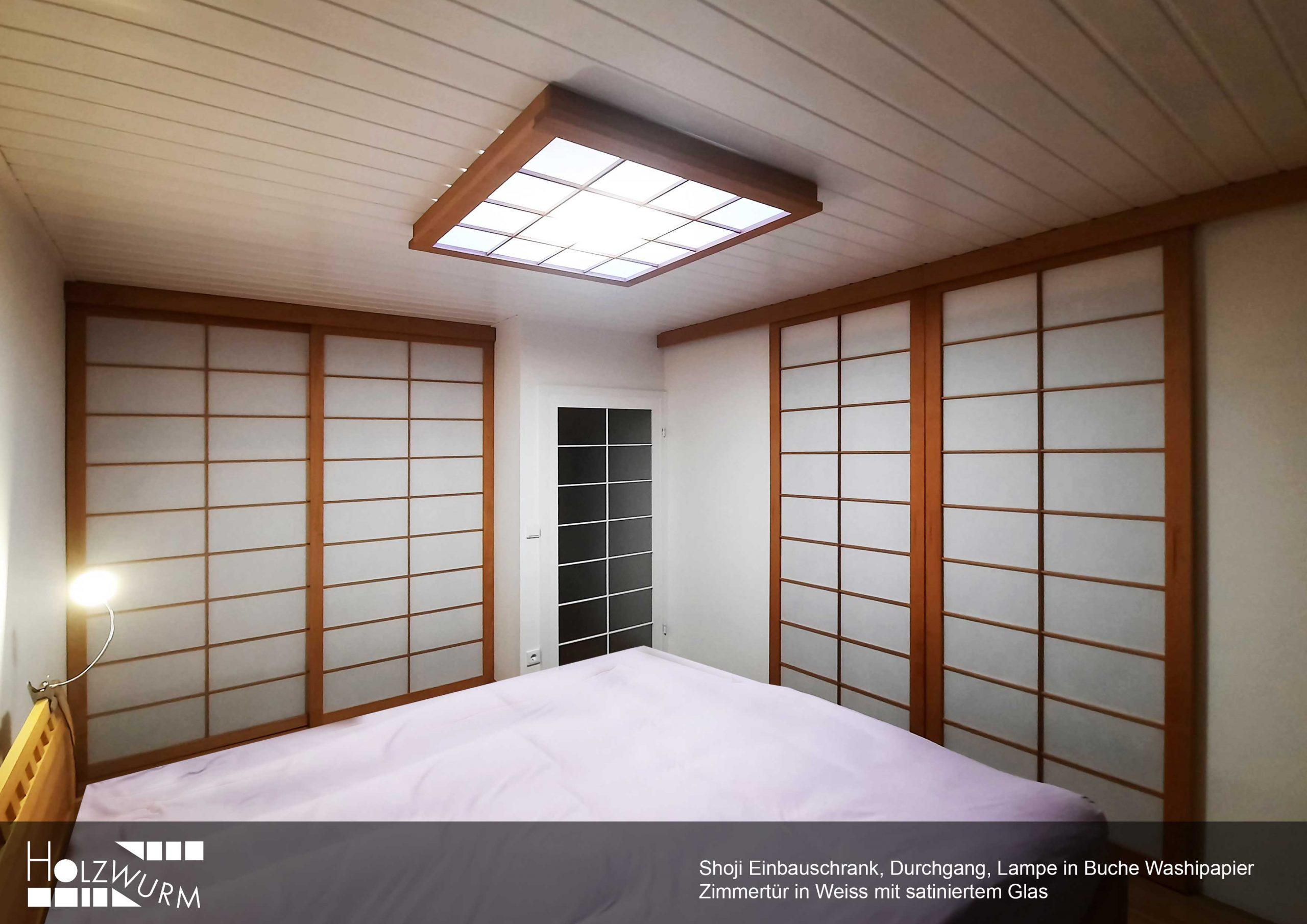 Schlafzimmer mit Shoji Türen in Buche geölt und Washipapier. Einbauschrank, Durchgang und Lichtelement.